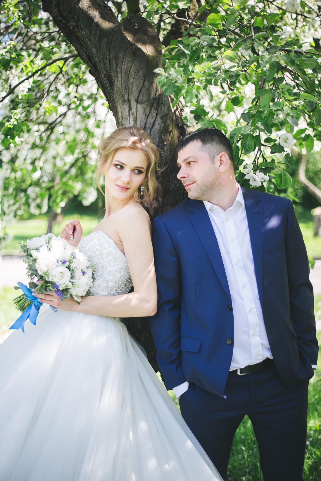Свадебная фотосессия в цветущих яблонях